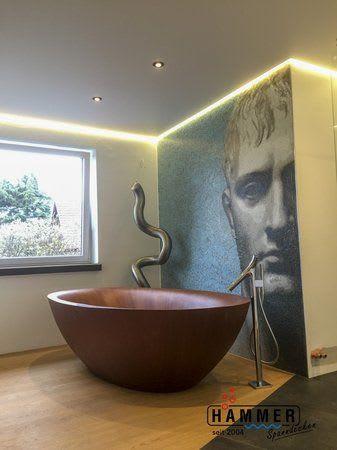 Spanndecke weiß mit Beleuchtung Badezimmer mit Holzbadewanne