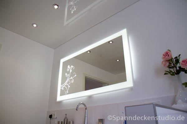 Spanndecke weiß glänzend mit Beleuchtung Badezimmer
