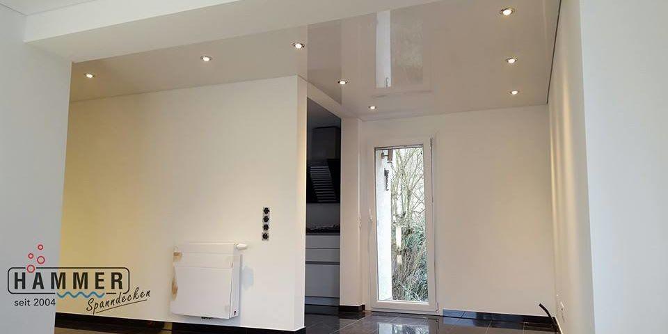 Spanndecke weiß glänzend mit Beleuchtung Wohnzimmer