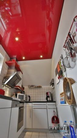 Spanndecke dunkel rot glänzend mit Beleuchtung Küche
