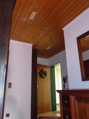 Spanndecke vor der Renovierung dunkle Holzdecke