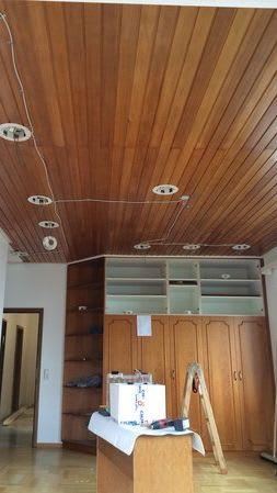 Spanndecke vorher Holzdecke mit externen Leuchten