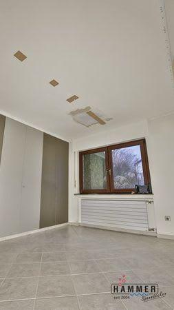Spanndecke vor der Renovierung heller Raum