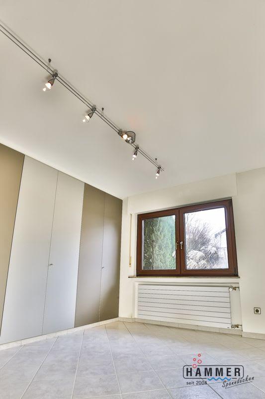 Spanndecke nach der Renovierung weiß matt mit Beleuchtung