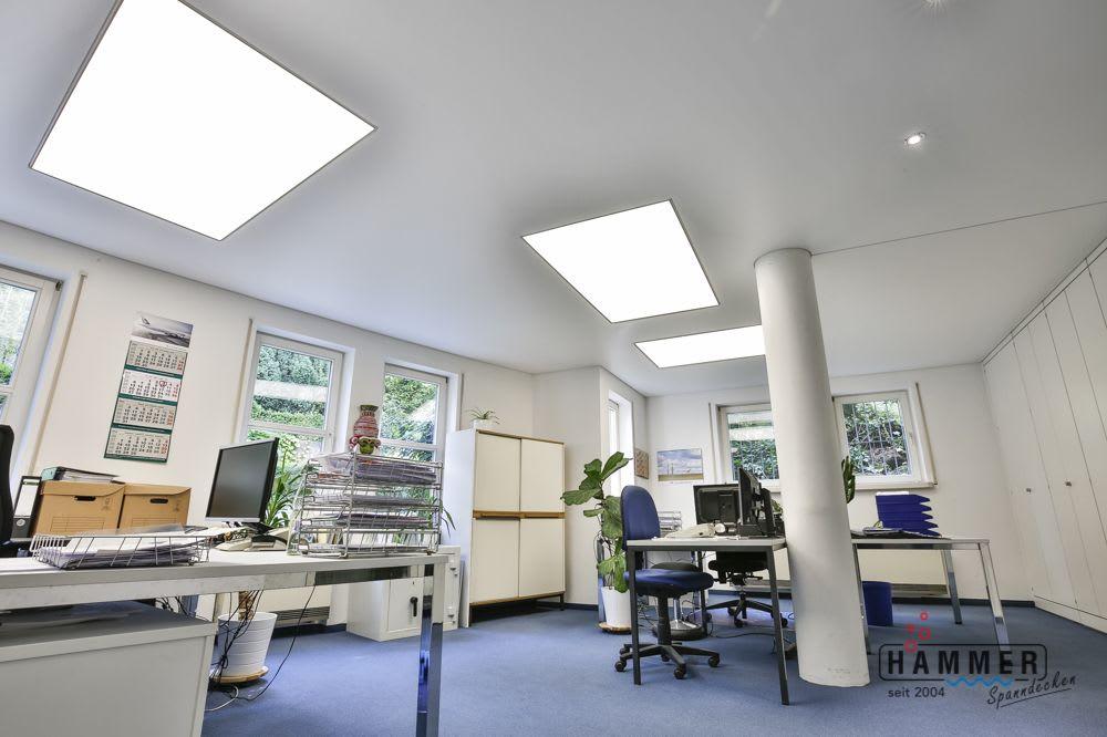 Spanndecke weiß mit großer Deckenbeleuchtung im Gewerbe Büro