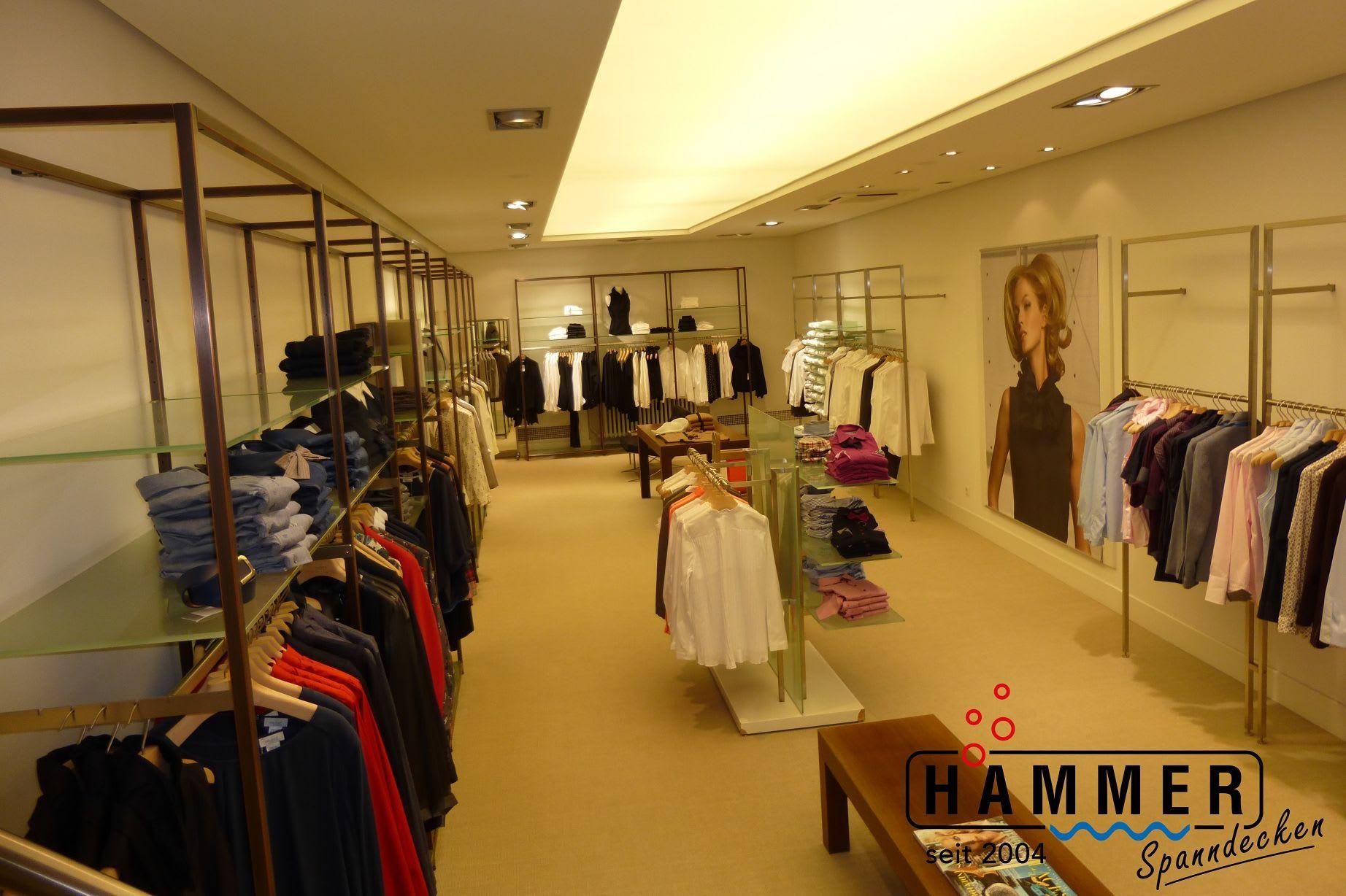 Spanndecke weiß mit Beleuchtung im Gewerbe Kleidungsgeschäft