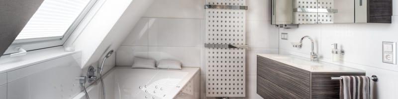 Badezimmer in weiß Tönen im Dachgeschoss Über uns Titelbild