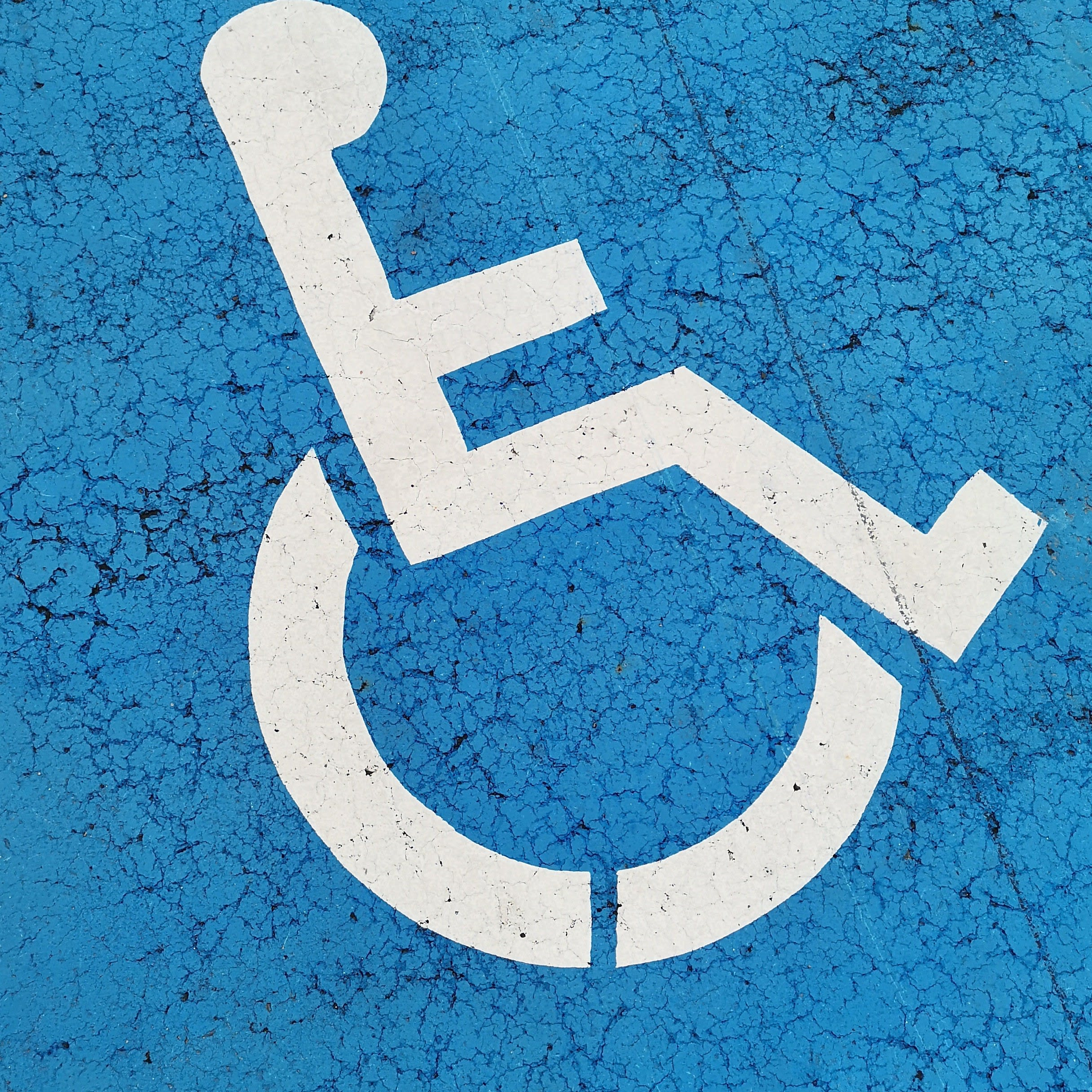 Blaues Rollstuhlzeichen