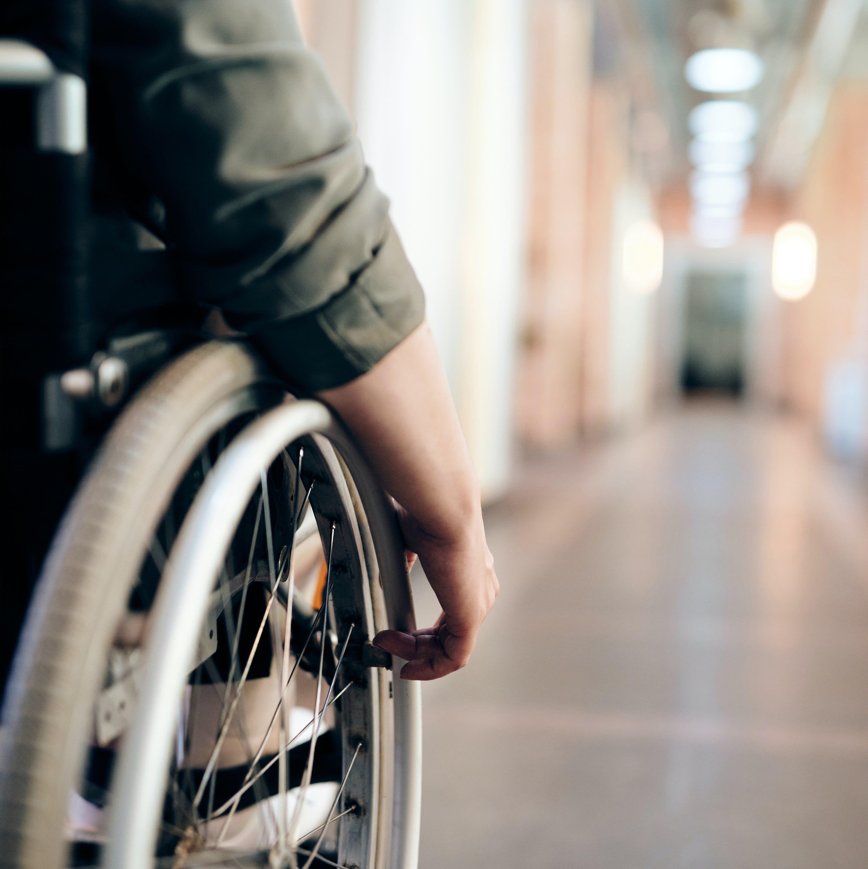 Rollstuhlfahrer fährt