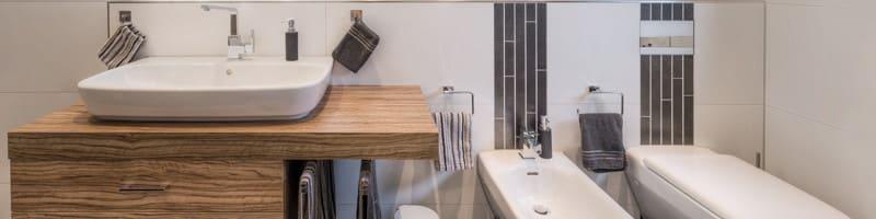 Badzimmer mit Holz Waschbeckenuntertisch