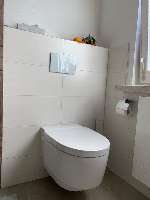 Toilette auf weißem Keramik