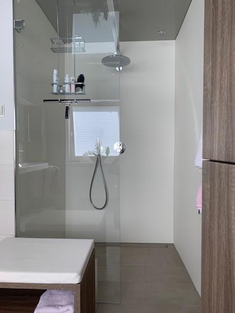 Offene Dusche mit Glaswand Badezimmer