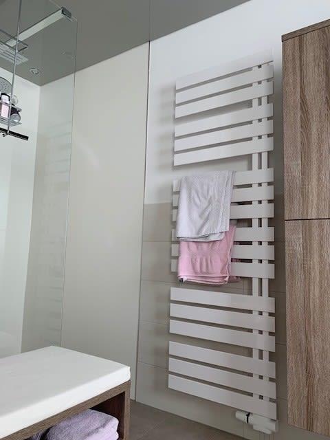 Badezimmer mit offener Dusche Handtuchheizung
