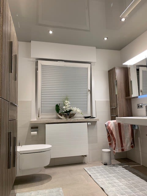 Badezimmer mit Spanndecke und Beleuchtung