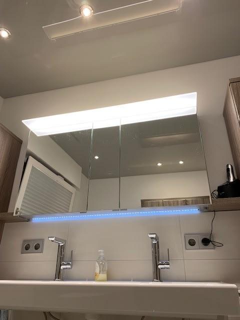 Badezimmer mit Spanndecke und Beleuchtung Spiegel Waschbecken