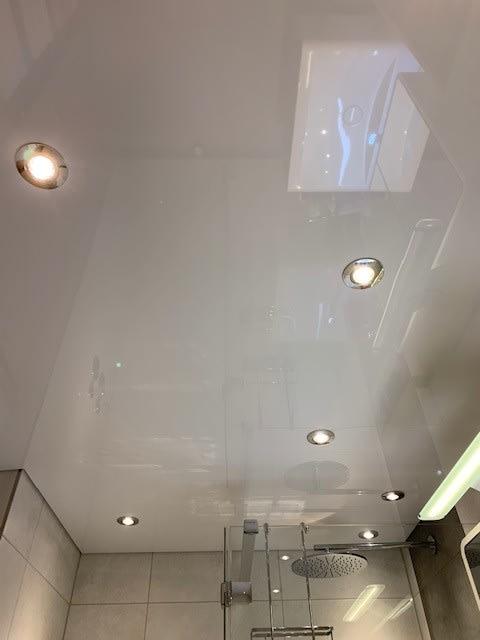 Spanndecke weiß glänzend in Badezimmer mit Beleuchtung