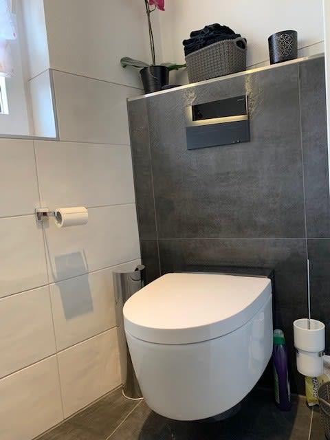 Weiße Toilette im Badezimmer