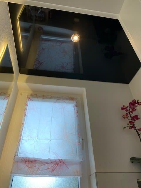 Spanndecke schwarz in Badezimmer mit Beleuchtung