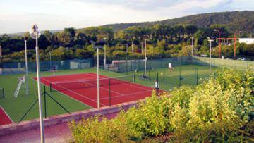 Kunststoffbelag auf einem Tennisplatz