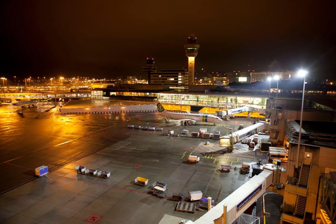 Großflächige Beleuchtung am Flughafen