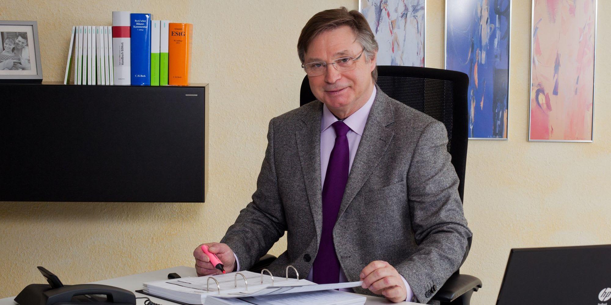 Steuerberater Karlheinz Ulrich am Schreibtisch