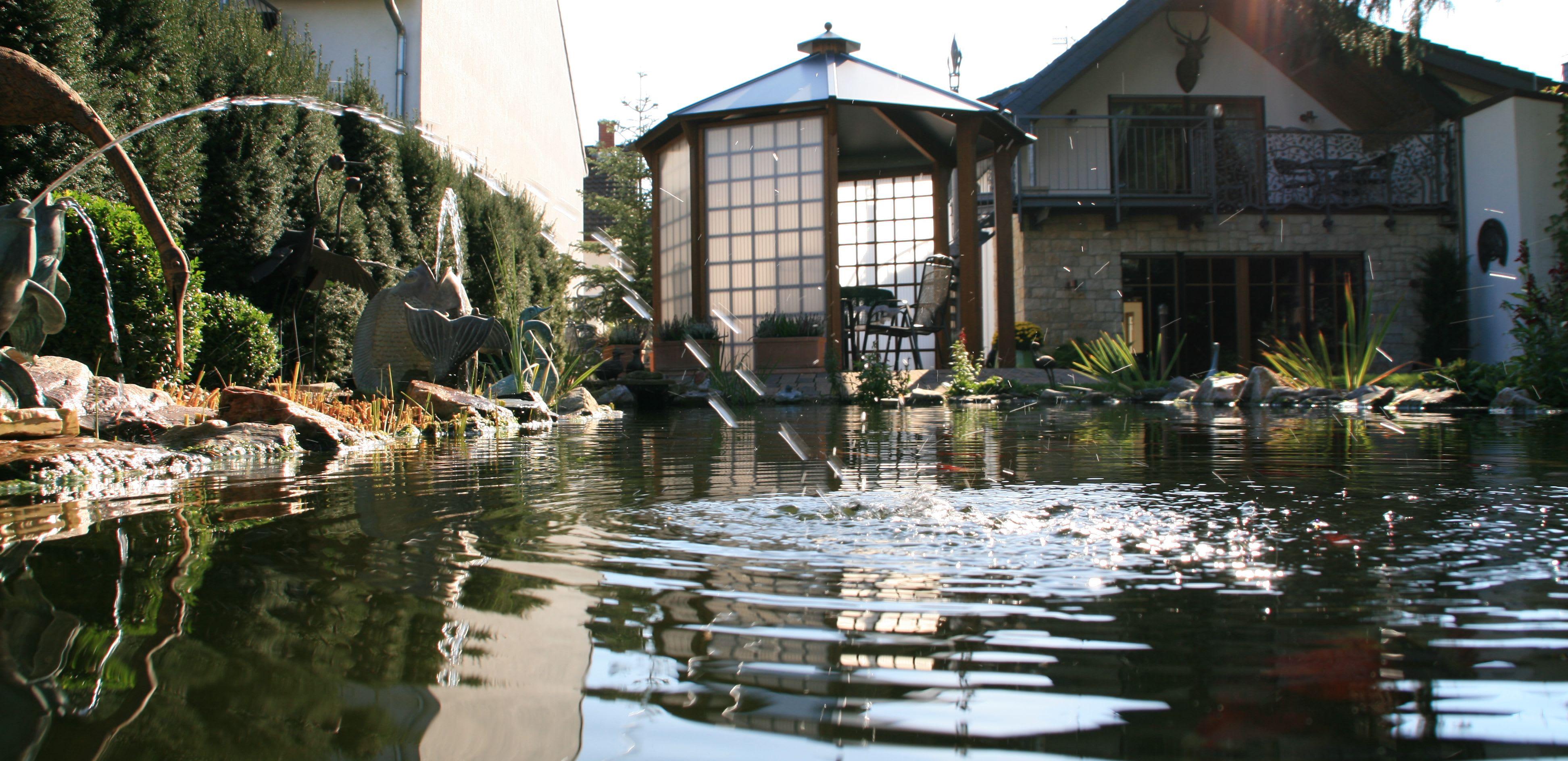 Gartenanlage mit Teich und Pavillon