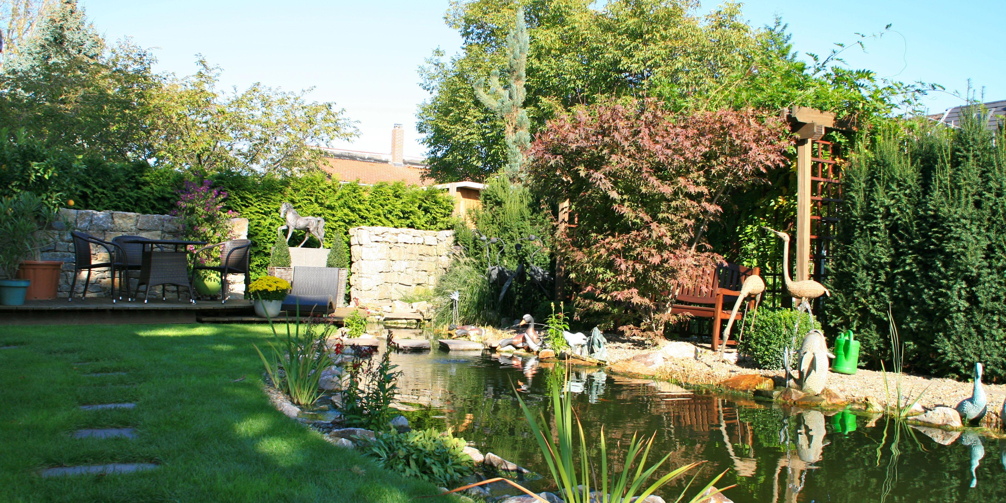 Gartenanlage mit Teich und kleiner Sitzecke