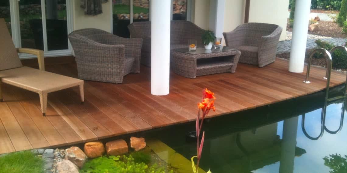 Schwimmteich mit Holzterasse