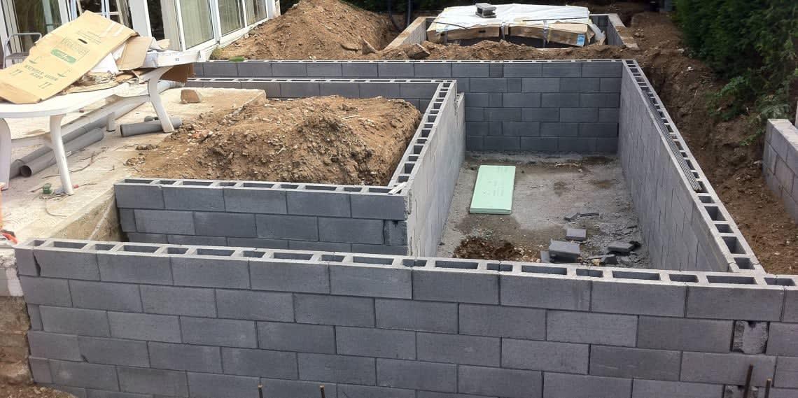 Baustelle für Pool im Garten