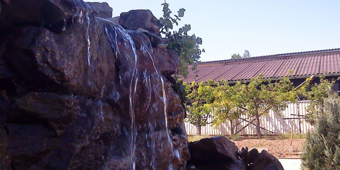 Wasserfall an Steinwand