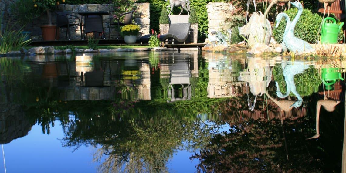 großer Teich mit Figuren