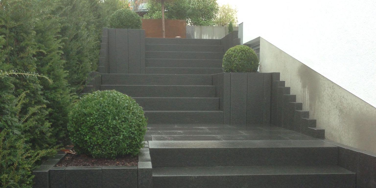 Treppenanlage mit Büschen