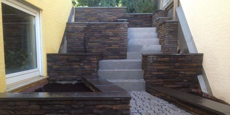 Treppenanlage mit Steinwänden