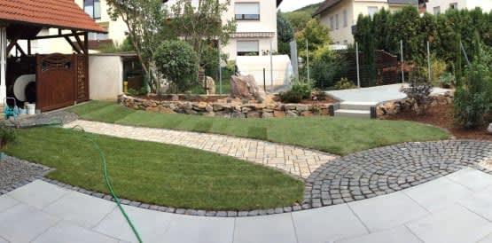 Vorgarten mit Weg und Rasenfläche