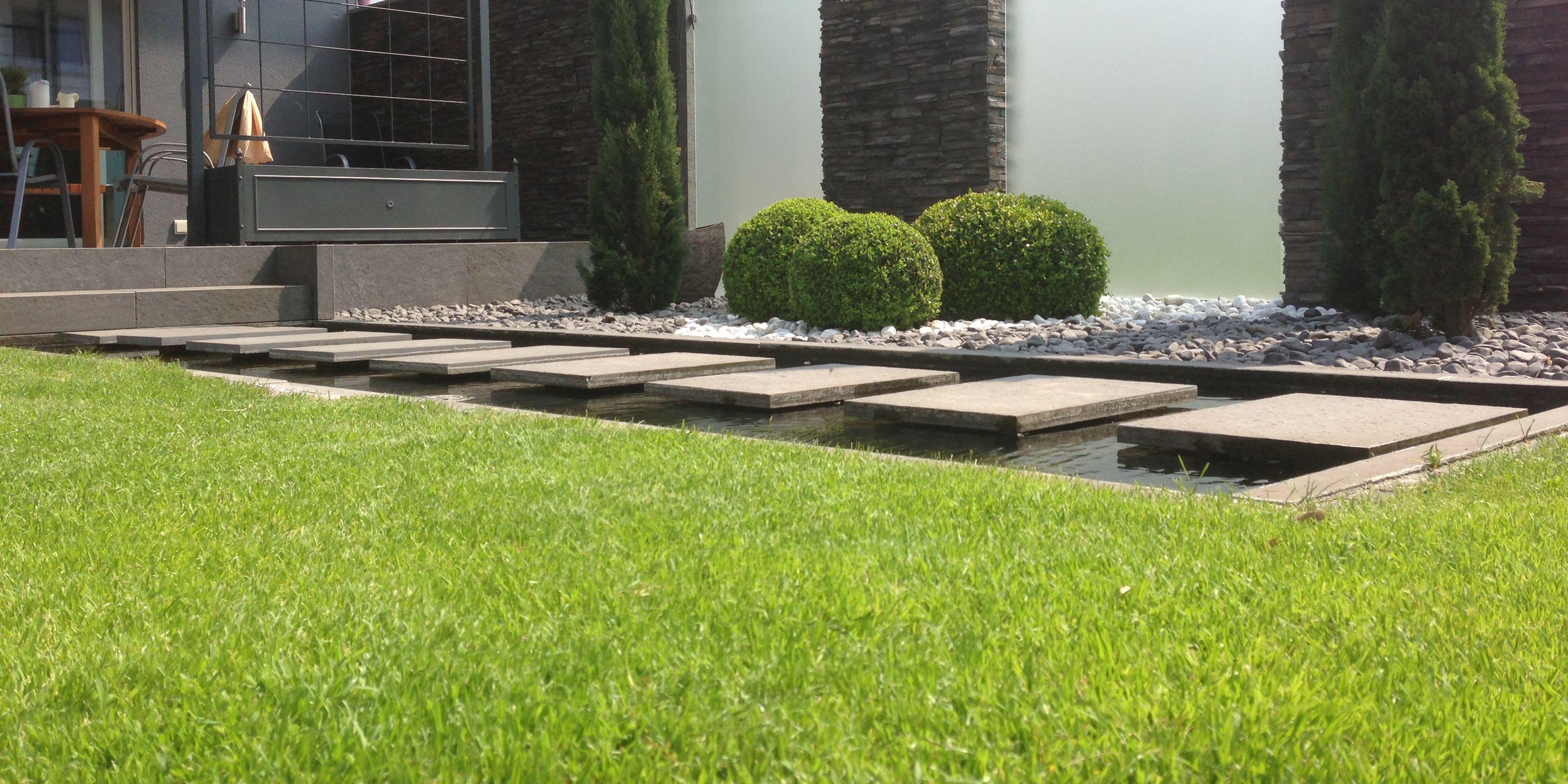 Kunstrasen Gartenanlage mit Teich und Steinen
