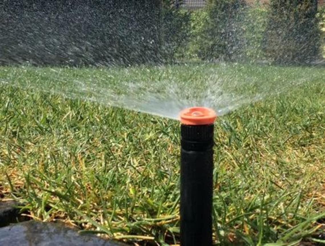Florian Feth installiert ihre Bewässerungsanlagen im Garten