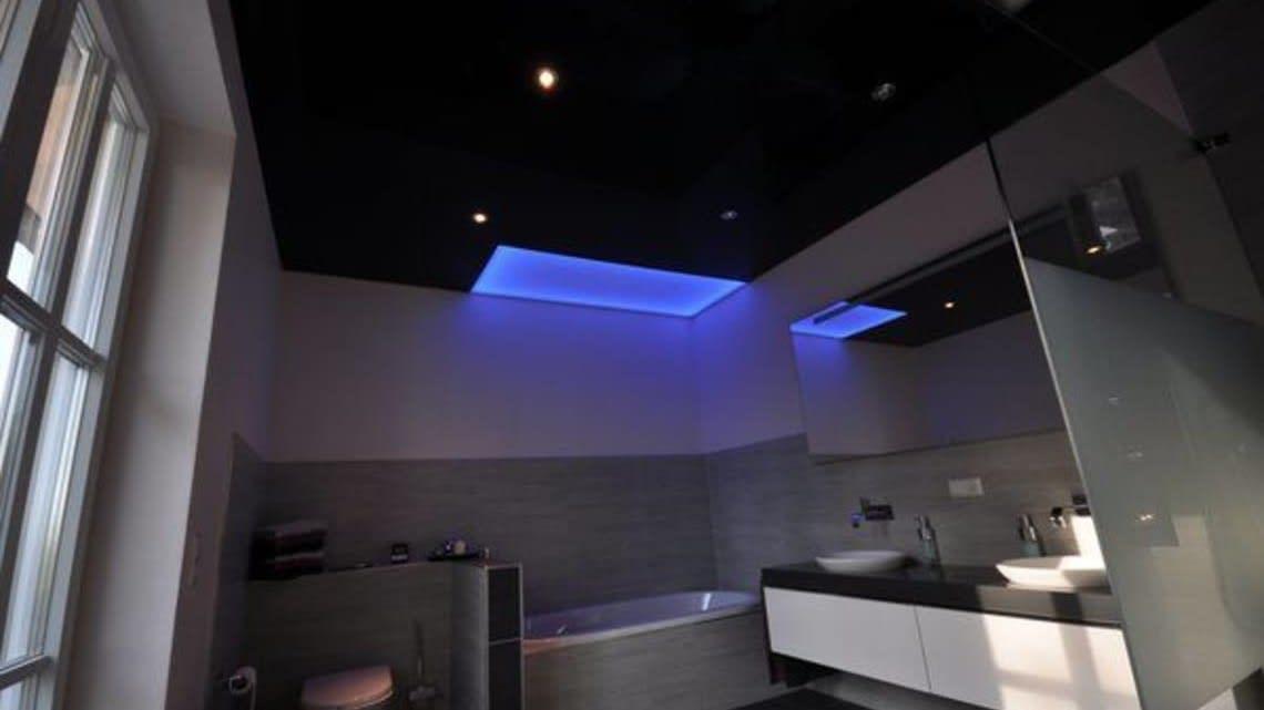 Spanndecke Badezimmer schwarz glaenzend mit Beleuchtung