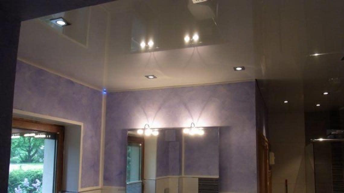 Spanndecke weiß glaenzend mit Beleuchtung Flur violette Waende
