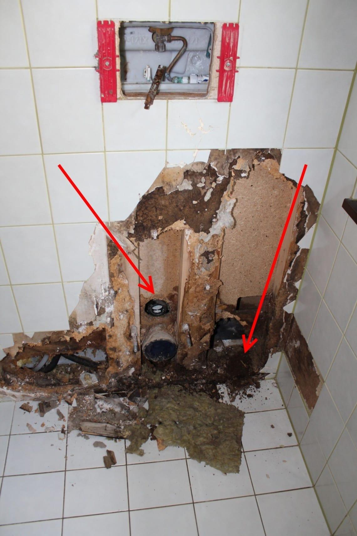 Wasserrohrschaden im Bad eines Fertighauses