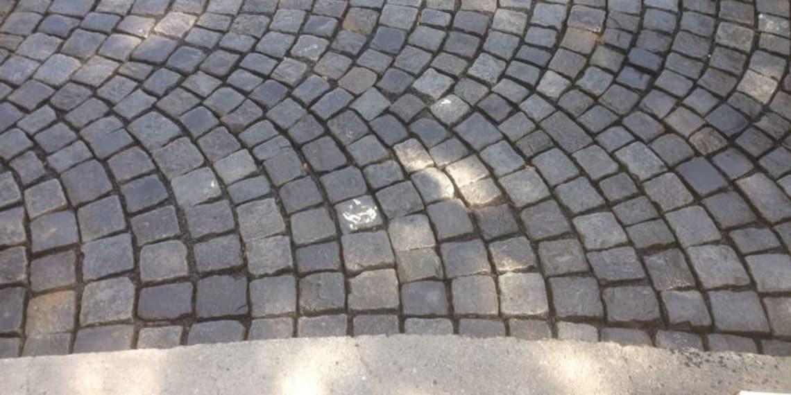 Segmentbögen aus Basalt