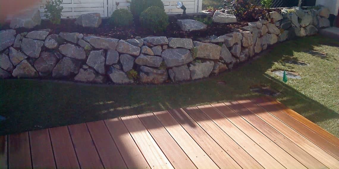 Basalt Naturstein als Trockenmauer