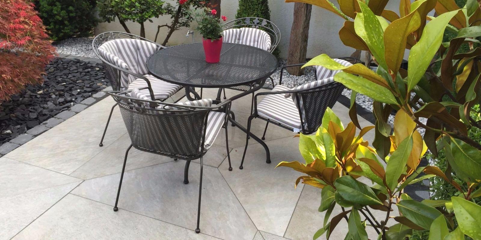 Terrasse mit Stühlen und Natursteinplatten