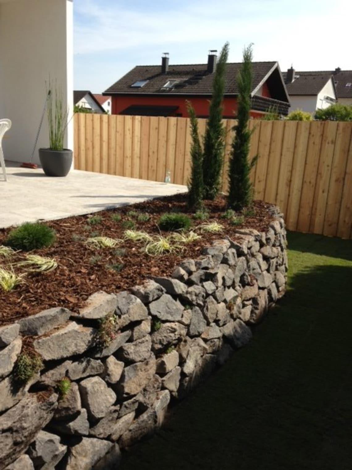 Basalt Mauer bepflanzt