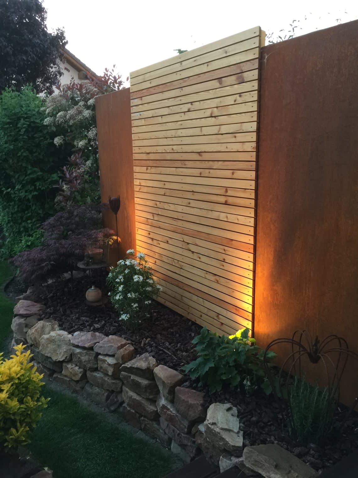 Cortenstahl Wand mit Holzeinsatz