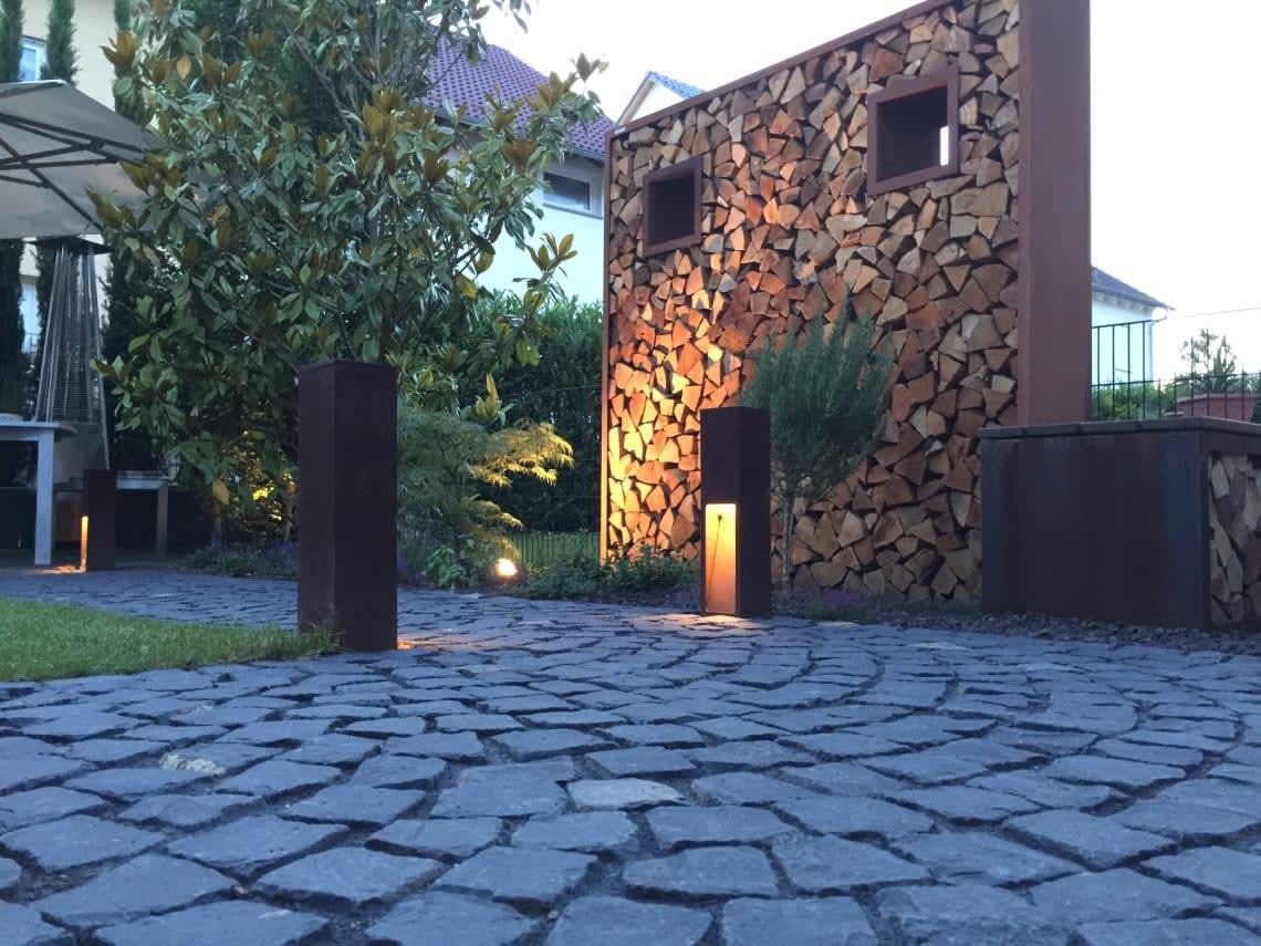 Cortenstahl Wand mit Holzstücken im Inneren