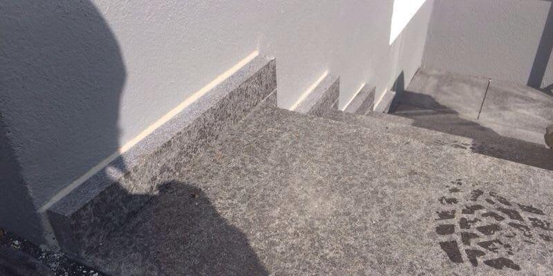 Treppenanlage mit Basalt Sockenblende
