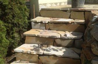 Treppenanlage im Bau mit Quarzit Polygonalplatten