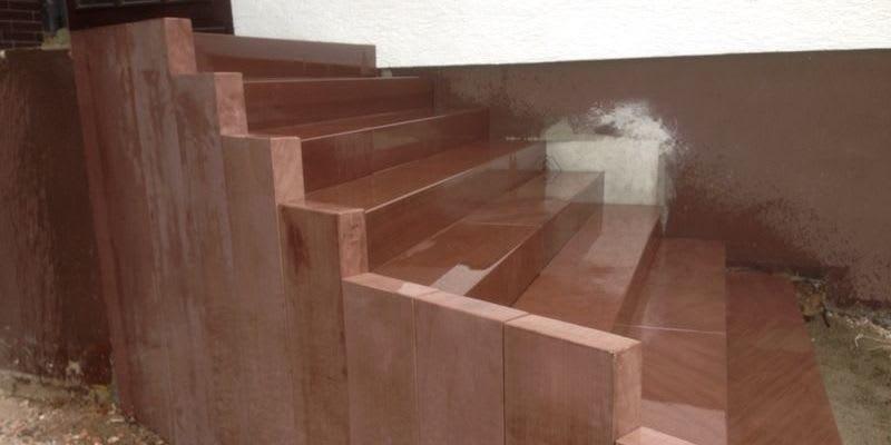 Sandstein Treppenanlage eingefasst mit Stellen