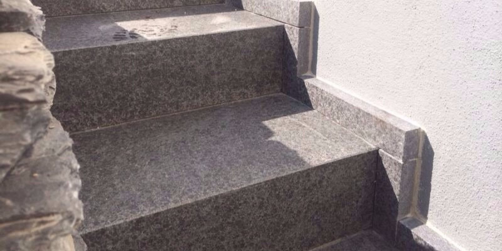 Treppenanlage mit Basalt Sockelblende