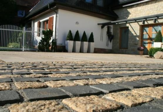 Steinfläche im Garten gebaut von Florian Feth